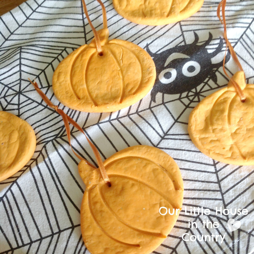 cornstarch-dough-pumpkin-hanging-decorations-fall-autumn-crafts-for-kids-halloween-3